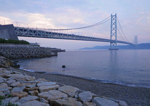 Akashi_kaiky_bridge_west_shore